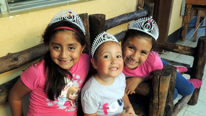 Las princesas Mia, Niki y Sara arregladas para la fiesta