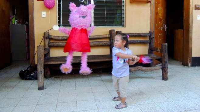 Nicole por fin ya tiene la fuerza y la determinación para darle con fuerza a la piñata