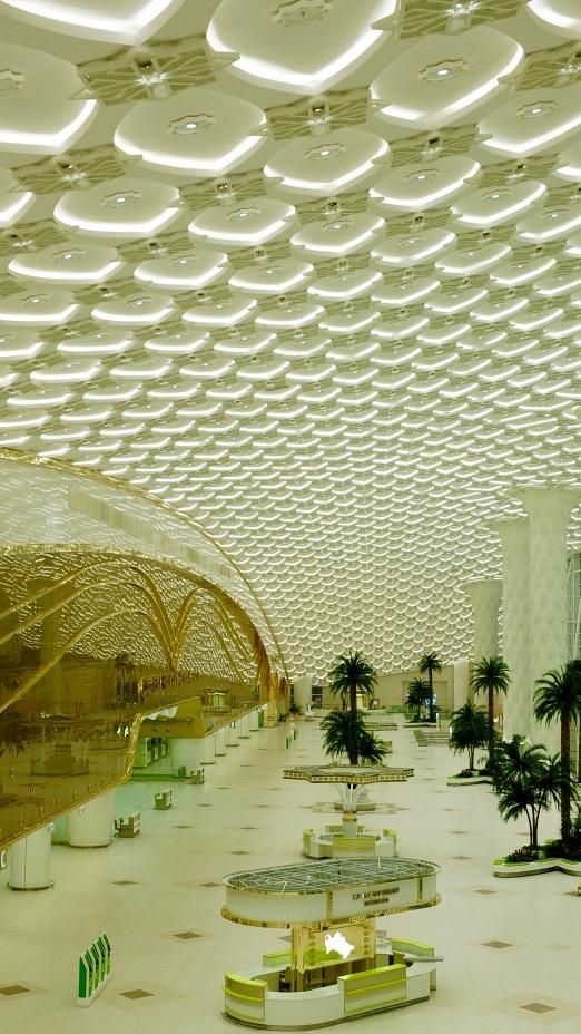 il soffitto del terminal principale si ispira a motivi di tappeti tribali