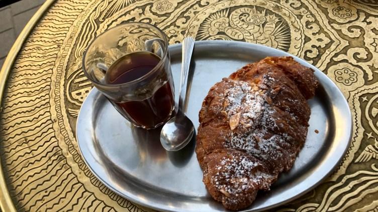 il piacere di una pausa: caffè e croissant alle mandorle