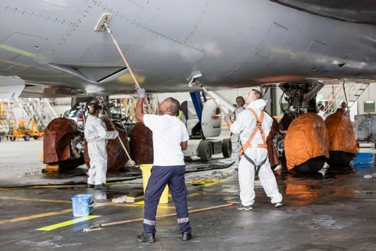 pneumatici e freni vengono coperti per evitare contatto con i solventi chimici - ©Lufthansa Technik AG