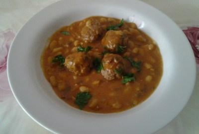 Haricots blancs en sauce et boulettes de viande loubia