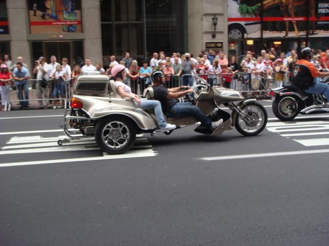 20071007-pulaski-parade-19-poles-on-wheels.jpg