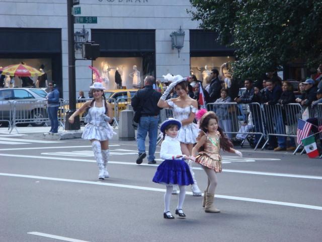 20071014-hispanic-columbus-day-16-girls-and-dancers.jpg