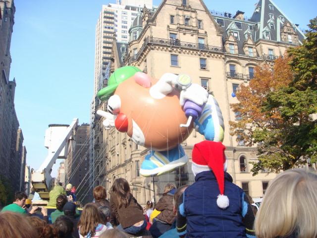 20071122-macys-thanksgiving-parade-27-mr-potato-head-balloon.jpg