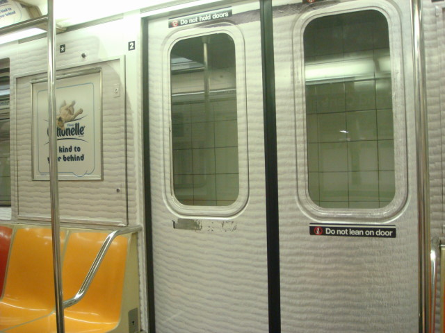 20080315-subway-car-toilet-paper-motiff-02.jpg