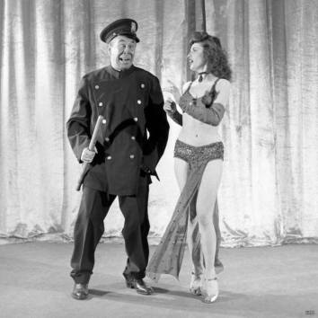 Bert Lahr as a police officer