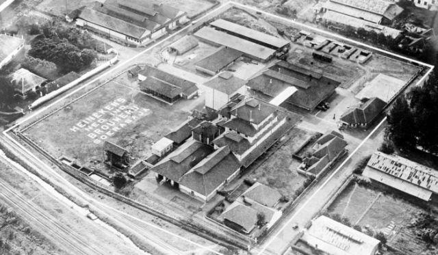 Airfoto of the brewery of Heineken's Nederlandsch-Indische Bierbrouwerij Maatschappij in Soerabaja in 1929