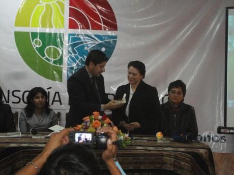 Defensor del Pueblo boliviano distingue a una Hija de la Caridad