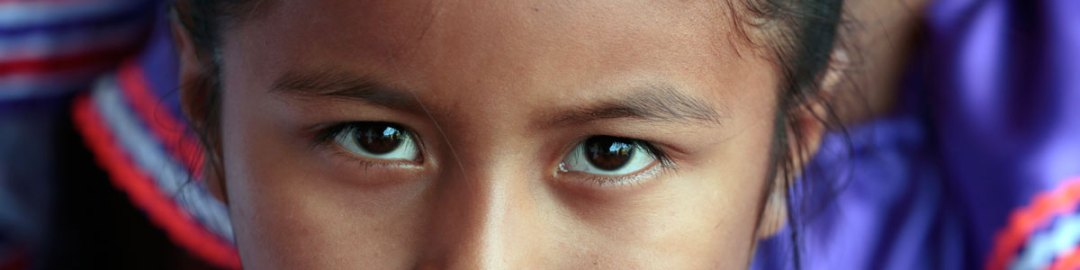 Una niña residente de Santa Rita, Bolivia, durante una visita del Secretario General Ban Ki-moon. Foto ONU/Evan Schneider