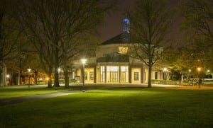 Iglesia de Santo Tomás Moro en el campus universitario de Queens