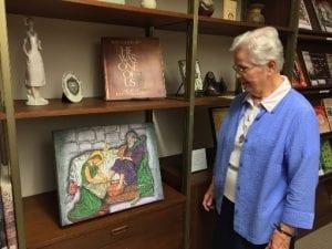 Focus 5.16_05 Sr Ellen mira el cuadro de Jesús Lavando los pies, por Gabriel, a quién Sr Ellen sirvió en el centro de detención.