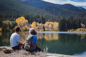"""""""Reflexiona y sé transformado"""": Esta foto es de Tommy Ryan (izquierda) y Kaela Alton (derecha) durante un retiro de otoño con los Voluntarios Vicencianos de Colorado. Es una de las últimas fotografías tomadas de Kaela antes de morir."""