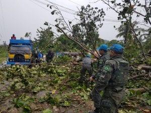 Soldados brasileños de la Fuerza de Paz de la ONU trabajan para desbloquear las carreteras afectadas por el huracán (Foto: Minustah).