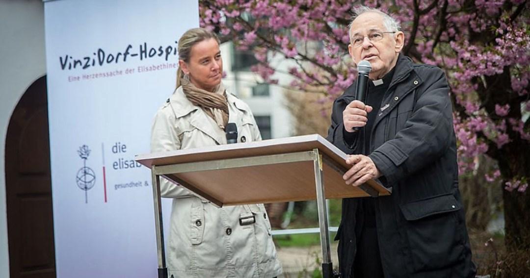 Wolfgang Pucher, CM presenta el primer hospital para los sin techo.