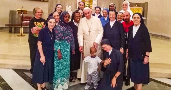 Le pape François visite par surprise les Filles de la Charité de la Casa Regina Mundi, à Rome
