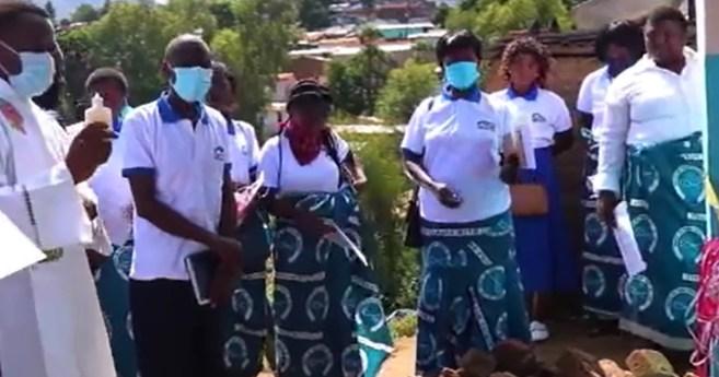 Construção de casas para famílias carentes no Malawi