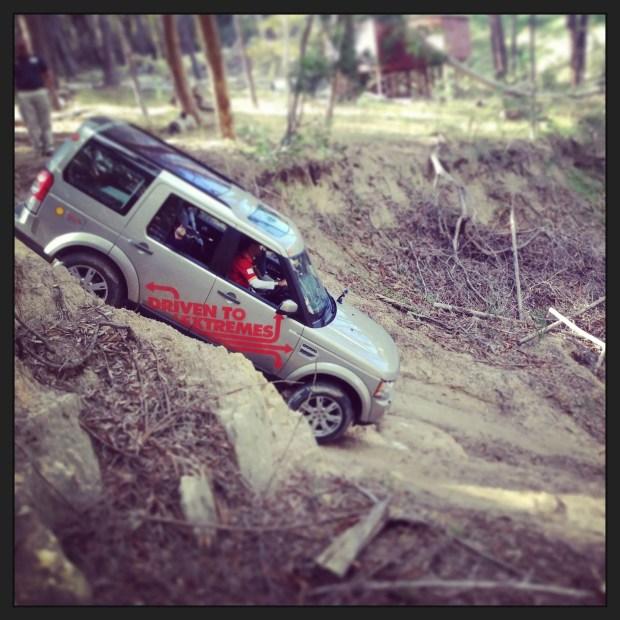 Downhill mit Land Rover und Shell Helix in den Bergen Afrikas