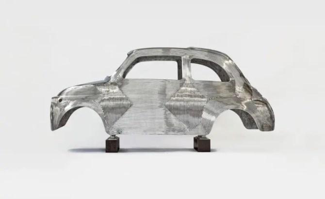 Gepresste ausrangierte Automobile werden zu Kunst