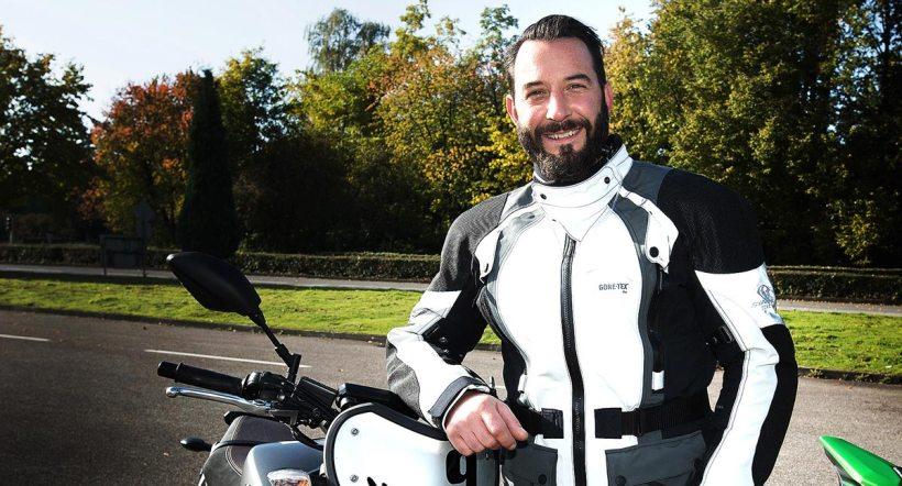 """Jens Kuck, aka Käpt'n Kuck, ist ein Talent in vielerlei Hinsicht. Neben dem Job als TV-Moderator für den Motorradbereich des Motormagazins Grip kann man """"Kucki"""" auch für Fahrsicherheitstrainings und Offorad-Events mieten. Der Mann weiß also, wovon er redet."""