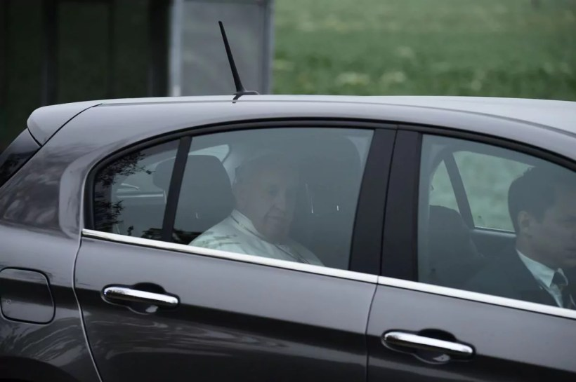 Vatikan-Oberhaupt im Fiat Tipo