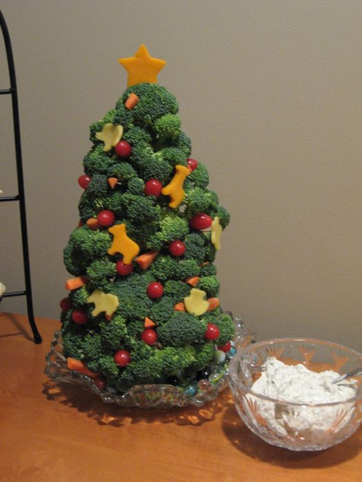 Christmas tree arrangement with broccoli, cauliflower and tomatoes