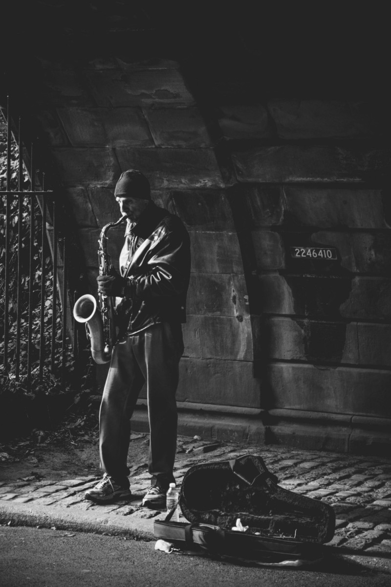 Street-Saxophone-Player-Photographed-in-Black-and-White