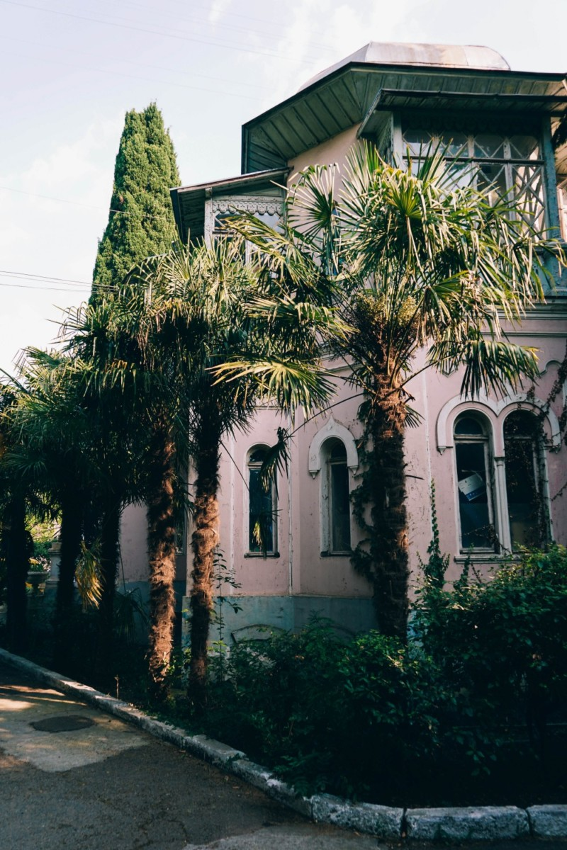 Beautiful-White-House-with-Palm-Trees-in-the-Front-Yard