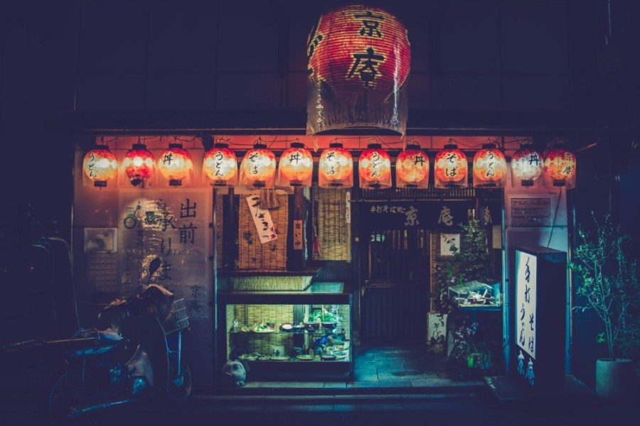 Restaurant-in-Kyoto-with-Hanging-Decorative-Lights