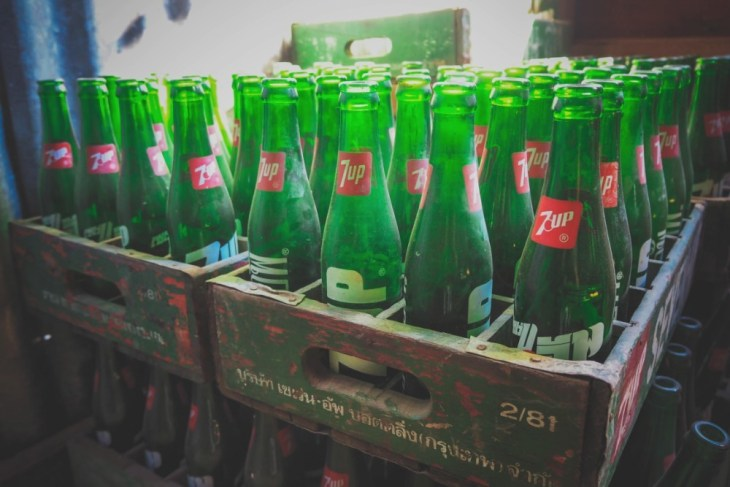 Vintage-7Up-Glass-Bottles-in-a-Wooden-Storage-Crate