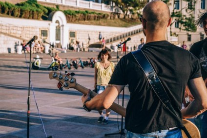 Street-Musician-Performing-at-the-Sevastopol-Square