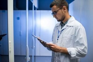 scientist in data laboratory NHZAUVF