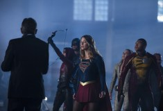 "The Flash -- ""Invasion!"" -- Image FLA308a_0339b.jpg -- Pictured (L-R): Willa Holland as Speedy, David Ramsey as John Diggle, Melissa Benoist as Kara/Supergirl, Caity Lotz as Sara Lance/White Canary and Franz Drameh as Jefferson ""Jax"" Jackson -- Photo: Michael Courtney/The CW -- © 2016 The CW Network, LLC. All rights reserved."