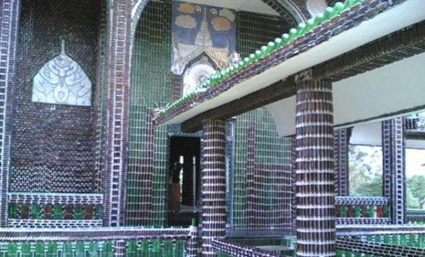 Templo Budista construido con botellas recicladas en Thailandia