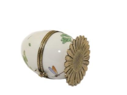 Dans la collection grenouille, les oeufs ont comme clés une mini grenouille. frog miniature handpaint Limoges porcelain. Fanex France.