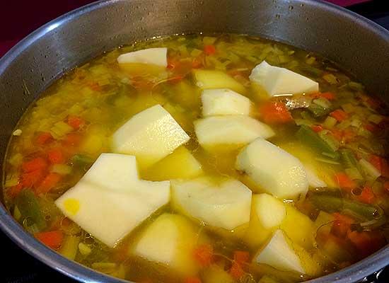 guiso de verduras, patatas cascadas