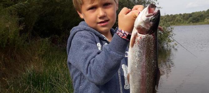 Mjøls Lystfiskeri: Unge August fik en flot ørred på krogen