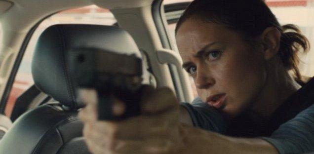 Emily Blunt pointing a gun in Sicario