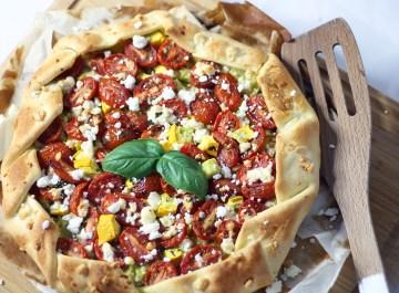 Tarte soleil courgette jaune, tomates cerises, feta et pesto sur fannyalbx.com