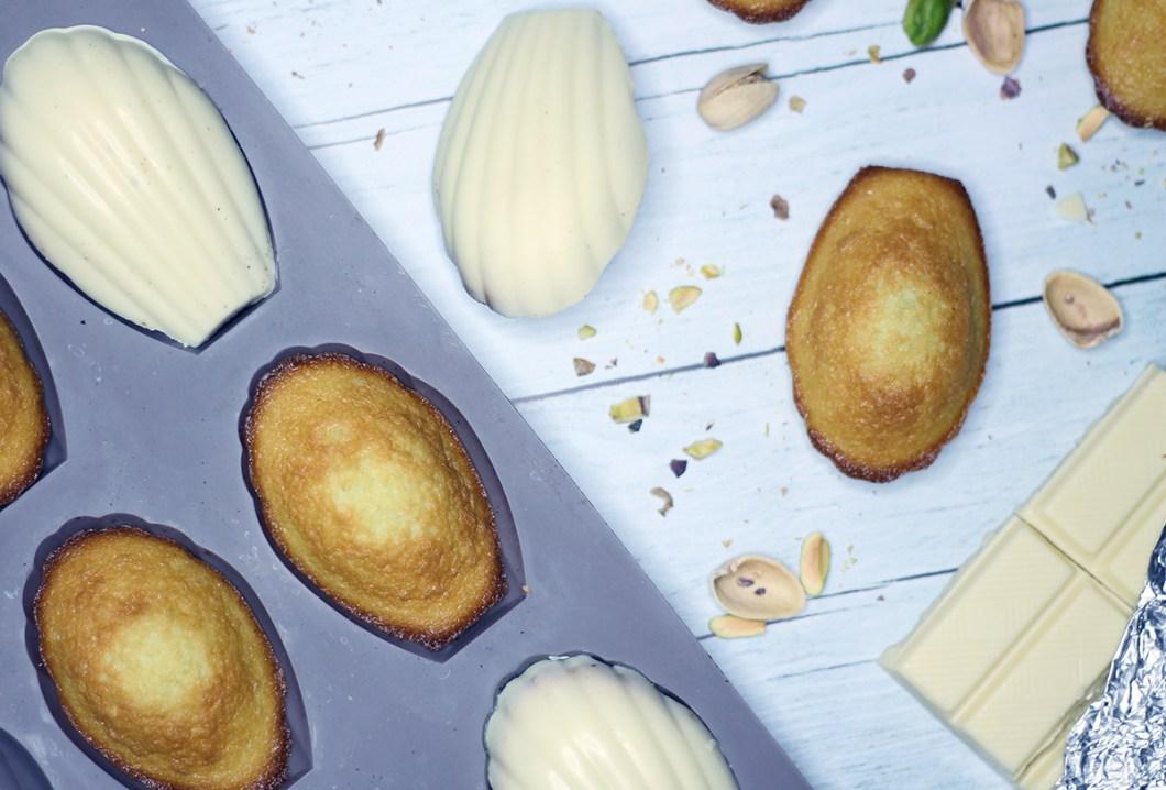 Madeleines à la pistache, coque en chocolat blanc