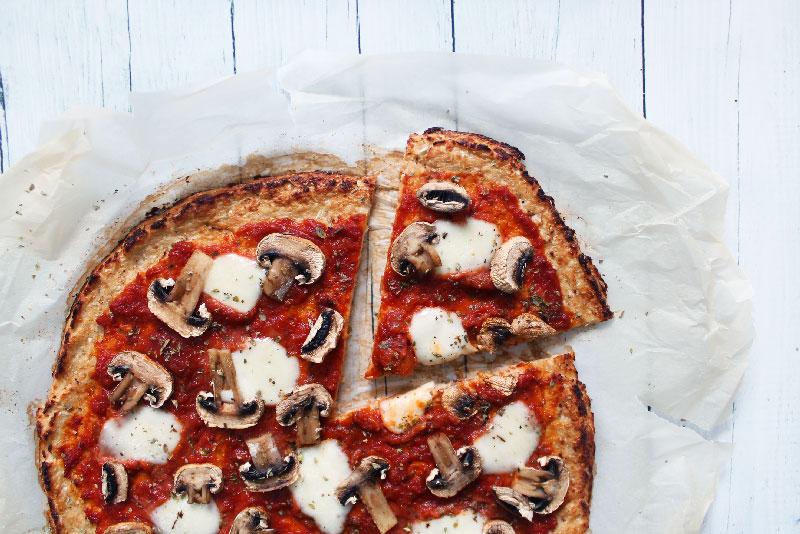 Réaliser une pâte à pizza au chou fleur. Rapide, sain et délicieux pour une pizza saine - fannyalbx.com