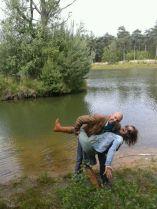 René en Sylwia aan de waterkant waarbij René haar been omhoog trekt