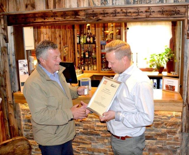 Ordfører Hans Vintervold var glad for å kunne dele ut prisen for sommerens servicehelt til Frank Norvik på Erzscheidergården. Foto fra Arbeidets Rett