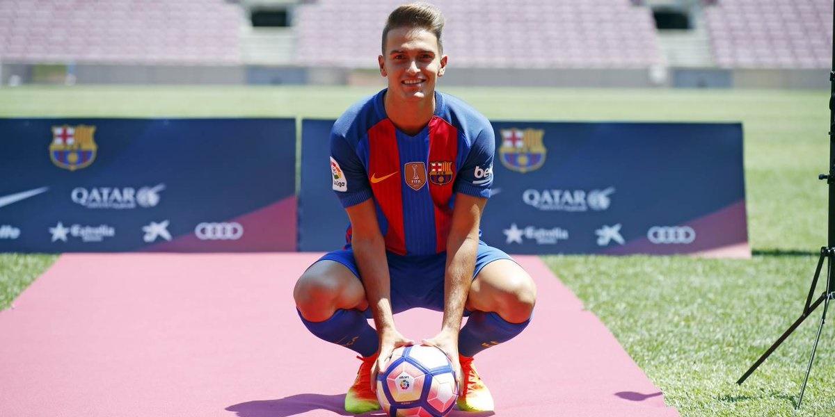 Liga spagnola, Denis Suarez posa per una foto durante la sua presentazione al Barcellona