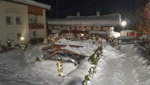 St Johann in Tirol Carpoortdak ingestort 40 brandweerlieden ingezet