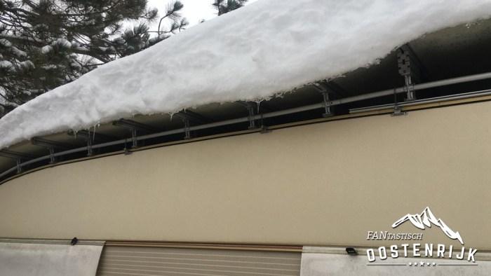 Caravandaken onder een halve meter sneeuw