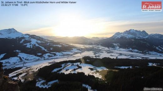 St Johann in Tirol met blik op de Kitzbühelerhorn (links) en de Wilderkaiser (rechts)
