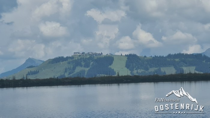 Kreuzjochlsee op de achtergrond Kirchberg in Tirol