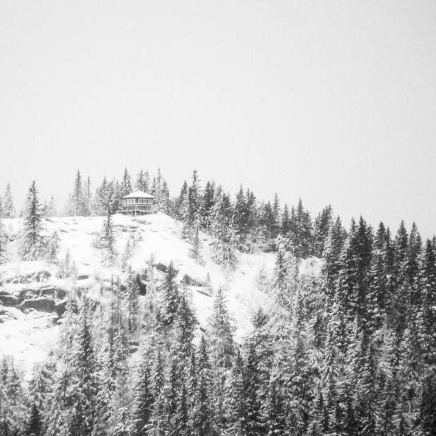 Brannvakthytta på Kjerkeberget sett fra Skinnskattberget - Oslomarka - Nordmarka - Fantastiske marka