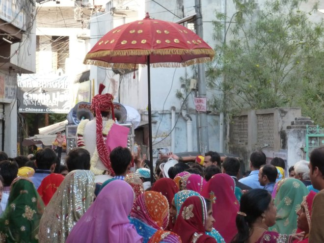 (a Day wedding on the narrow streets of Udaipur)